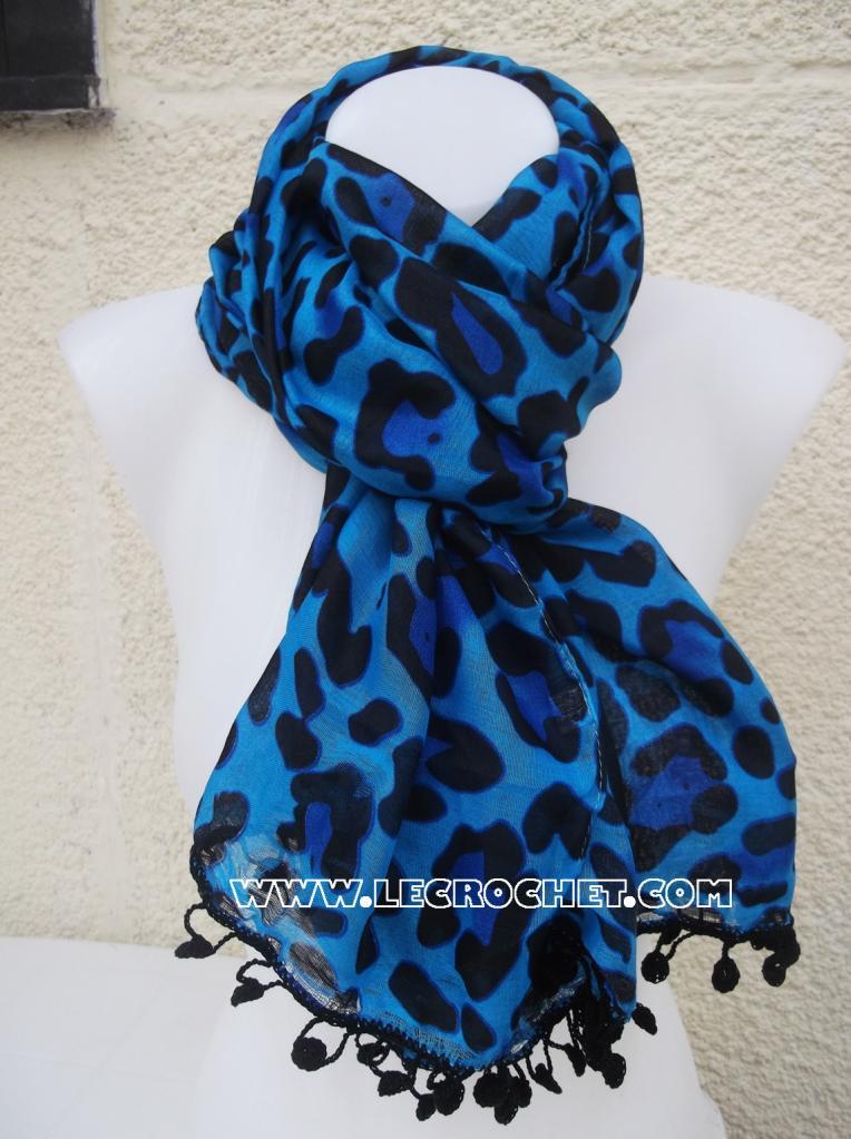 foulard bleu avec une bordure au crochet