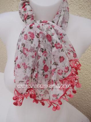 foulard à fleurs rose avec une bordure au crochet