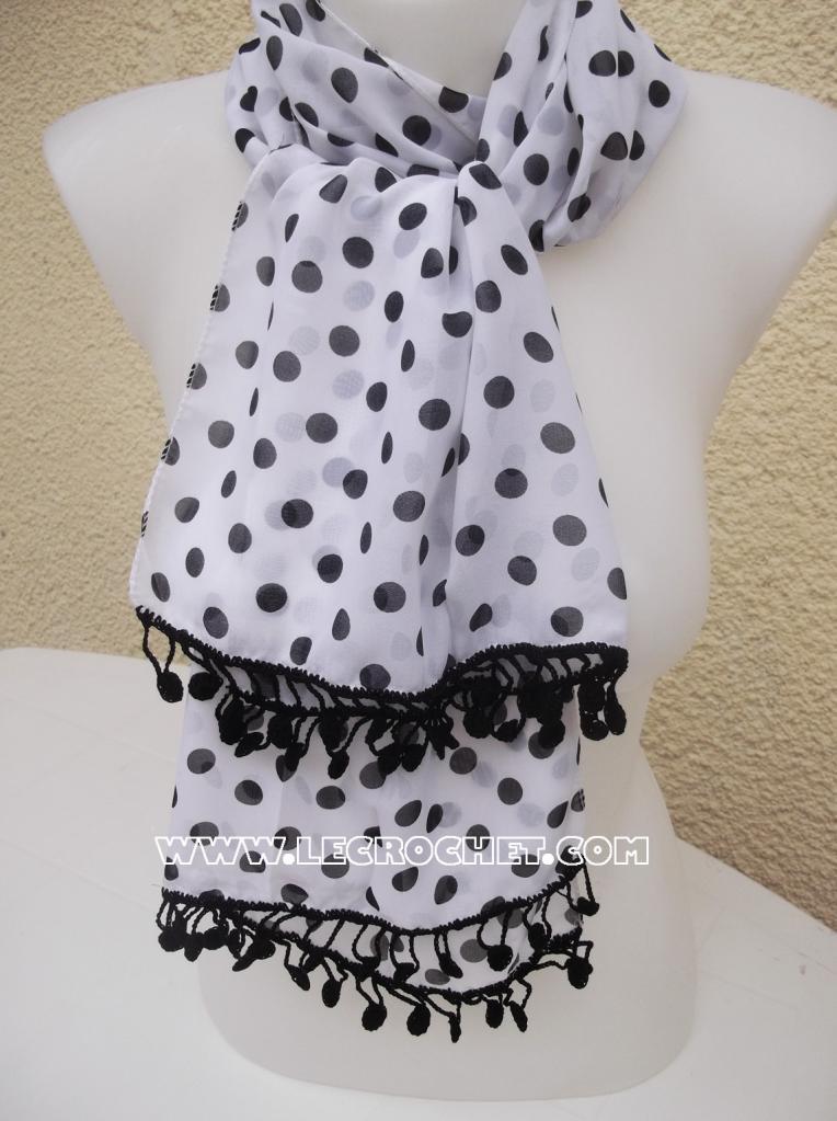 foulard à pois noir avec une bordure au crochet