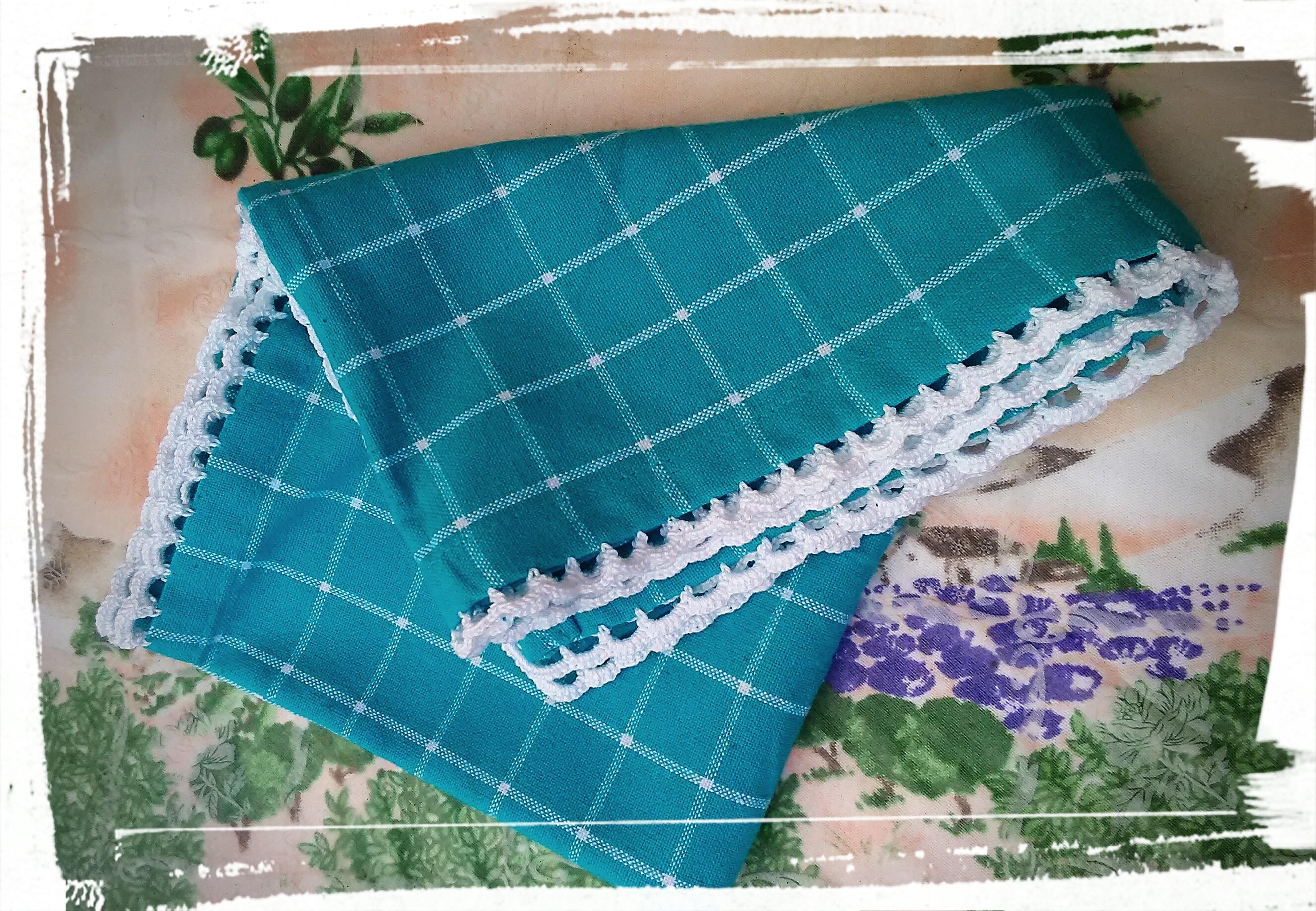 torchon turquoise et blan avec une bordure au crochet