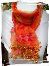 Foulard orangé avec une jolie bordure au crochet faite main