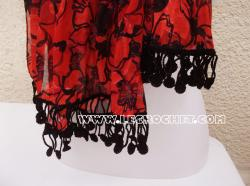 Foulard rouge avec une bordure au crochet