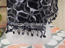 Foulard noir et blanc ave une bordure au crochet