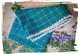Torchon turquoise avec une bordure au crochet